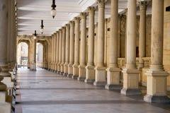Колоннада в Karlovy меняет стоковое изображение