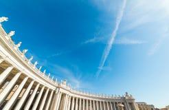 Колоннада квадрата ` s St Peter под сияющим солнцем Стоковая Фотография RF