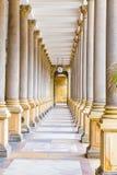 Колоннада мельницы - Karlovy меняет, чехия стоковая фотография
