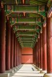 Колоннада на дворце Gyeongbok королевском показывая повторение стоковые фотографии rf