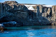Колоннообразное образование базальта над водой бирюзы стоковые фотографии rf