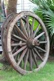 Колоссальные винтажные деревянные колеса телеги Стоковые Изображения