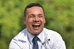 Колумбийский мужской доктор Laughing стоковое изображение rf