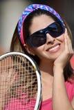 Колумбийский теннисист девушки усмехаясь с ракеткой тенниса Стоковая Фотография