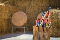 Колчан стрелок перед целями соломы Стоковые Фото