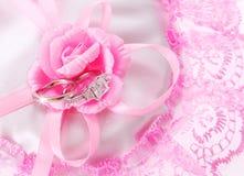 Кольца диаманта венчания на пинке подняли Стоковая Фотография