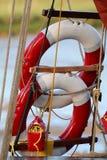 2 кольца жизни или lifebuoys на плавании Темзы barge Стоковые Изображения