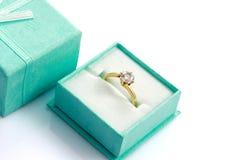 кольца зеленого цвета подарка диаманта коробки поднимающее вверх близкого глянцеватое Стоковая Фотография