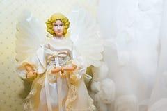 Кольца золота свадьбы и статуэтка ангела Стоковая Фотография RF