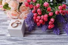 Кольца золота свадьбы свадьбы на белой коробке для новобрачных Стоковая Фотография RF