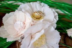 Кольца золота свадьбы на букете невесты Стоковая Фотография RF
