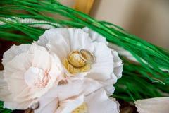 Кольца золота свадьбы на букете невесты Стоковые Изображения RF