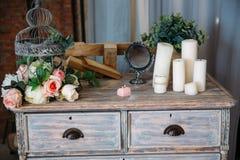 Кольца золота свадьбы на декоративной подушке с концом-вверх цветков Концепция ювелирных изделий Стоковые Изображения RF