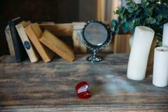 Кольца золота свадьбы на декоративной подушке с концом-вверх цветков Концепция ювелирных изделий Стоковое фото RF