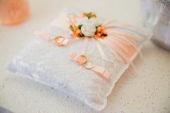 Кольца золота свадьбы на свете валика Стоковые Изображения RF