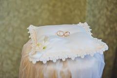 2 кольца на большой декоративной подушке 1255 Стоковые Фото