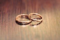 2 кольца на деревянной поверхности Стоковое фото RF