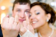 кольца новобрачных показывают их Стоковые Фотографии RF