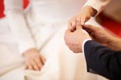 кольца предпосылки яркие wedding белизна Он положил обручальное кольцо на ее Groom конца поднимающий вверх положил кольцо на неве Стоковая Фотография