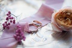 кольца предпосылки яркие wedding белизна Wedding символы, атрибуты Праздник, торжество Стоковые Изображения