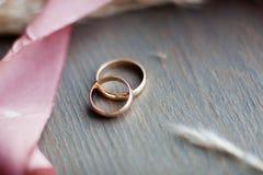 кольца предпосылки яркие wedding белизна Wedding символы, атрибуты Праздник, торжество Стоковые Изображения RF