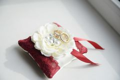 кольца предпосылки яркие wedding белизна символы, атрибуты Праздник, торжество детали дня стоковое фото rf
