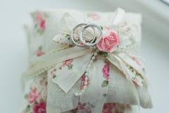 кольца предпосылки яркие wedding белизна Wedding символы, атрибуты цветасто Стоковое Фото