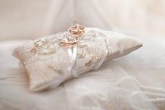 кольца предпосылки яркие wedding белизна белизна предпосылки яркая Стоковые Фотографии RF