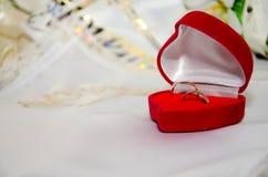 кольца предпосылки яркие wedding белизна Стоковое Изображение RF