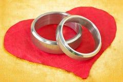 кольца сердца бумажные wedding Стоковое Изображение