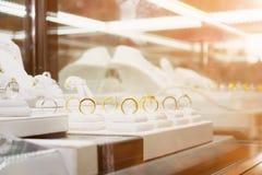 Кольца с бриллиантом и ожерелья ювелирных изделий показывают в роскошном магазине розничной торговли Стоковая Фотография RF
