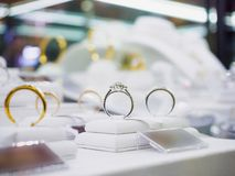 Кольца с бриллиантом и ожерелья ювелирных изделий показывают в роскошном магазине розничной торговли Стоковое Изображение RF