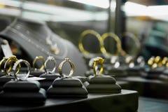 Кольца с бриллиантом и ожерелья ювелирных изделий показывают в роскошном магазине розничной торговли Стоковое Изображение