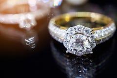 Кольца с бриллиантом ювелирных изделий с отражением на черной предпосылке Стоковое Изображение RF