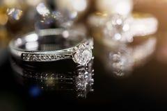 Кольца с бриллиантом ювелирных изделий с отражением на черноте Стоковое Изображение RF