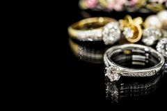 Кольца с бриллиантом ювелирных изделий с отражением на черноте Стоковая Фотография