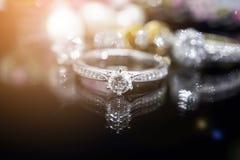 Кольца с бриллиантом ювелирных изделий с отражением на черноте Стоковые Фото