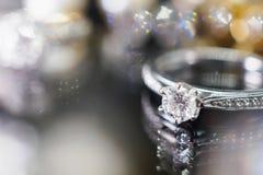 Кольца с бриллиантом ювелирных изделий с отражением на черноте Стоковые Изображения