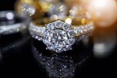 Кольца с бриллиантом ювелирных изделий с отражением на черноте Стоковое Изображение