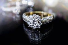 Кольца с бриллиантом ювелирных изделий с отражением на черноте Стоковое Фото