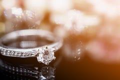 Кольца с бриллиантом ювелирных изделий с отражением Стоковые Фото