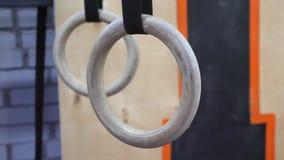 Кольца Crossfit вися в спортзале