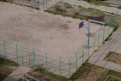Кольцо баскетбола Школа резвится суд в лете Стоковые Фотографии RF