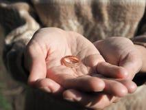 Кольцо в руках ` s женщин Кольцо на женских ладонях Стоковые Фотографии RF