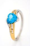 Кольцо диамантов золота с голубым сердцем сапфира сформировало Стоковые Изображения