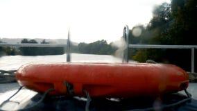 Кольцо жизни лодки снятое через ненастное окно акции видеоматериалы