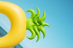 Кольцо заплыва ананаса на пляже Стоковые Изображения