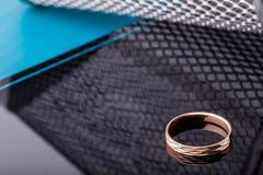 Кольцо золота с фасетками изолированное на черной предпосылке фасонируйте ювелирные изделия Стоковое Изображение RF