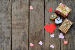 Кольцо и подарки на деревянной доске Праздничная предпосылка для дня рождения, дня ` s матери, дня ` s валентинки, 8-ое марта, We Стоковые Изображения