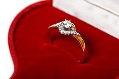 кольцо красного цвета диаманта коробки Стоковая Фотография